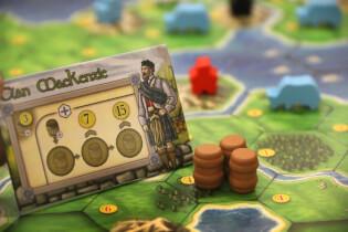 Spielplan mit Clanplättchen, Whisky, Arbeitern und Rindern- Clans of Caledonia