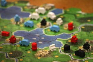 Spielplan mit Arbeitern, Rindern, Käsereien und Destillerien- Clans of Caledonia