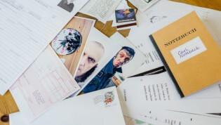 Spielmaterial mit Notizenbuch und Fotos- Detective Stories - Das Feuer in Adlerstein