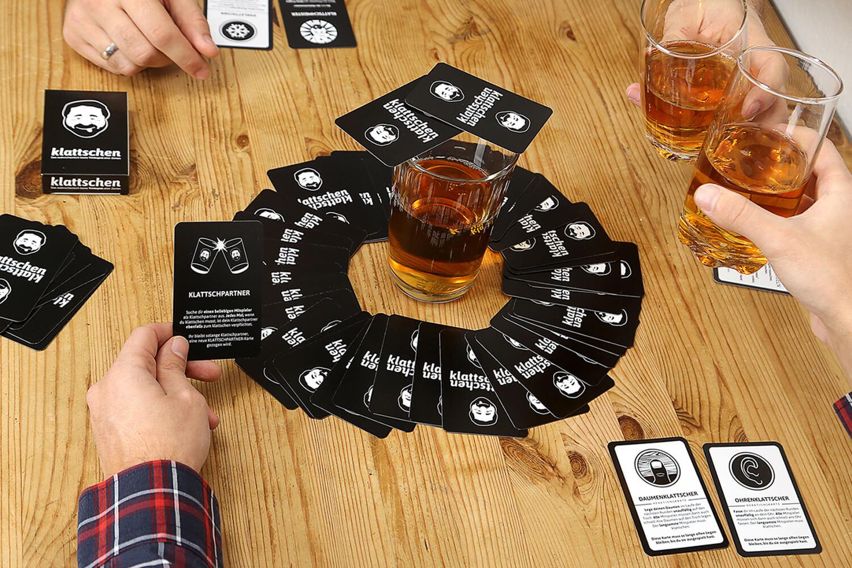 Spieler und Spielkarten- klattschen - Das wahrscheinlich beste Trinkspiel aller Zeiten