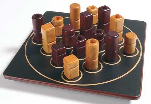 Spielbrett mit Spielfiguren- Quarto