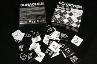 Schachtel und Spielmaterial- Schachen