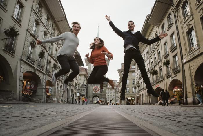 Adrian, Lena und Rainer springen in die Luft