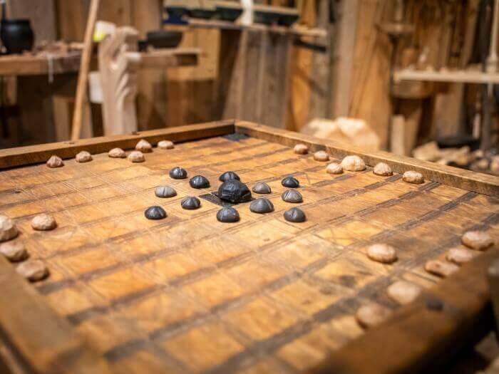 Spielbrett des Skandinavischen Brettspiels Hnefatafl mit Steinen